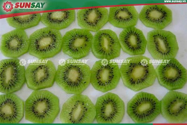Kiwi được cắt thành từng lát mỏng và đặt đều trên khay sấy