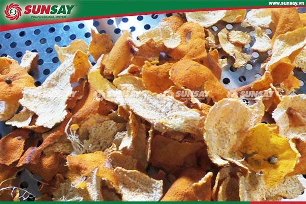 Vỏ Quýt sấy khô có thể nghiền thành bột mịn làm dược liệu